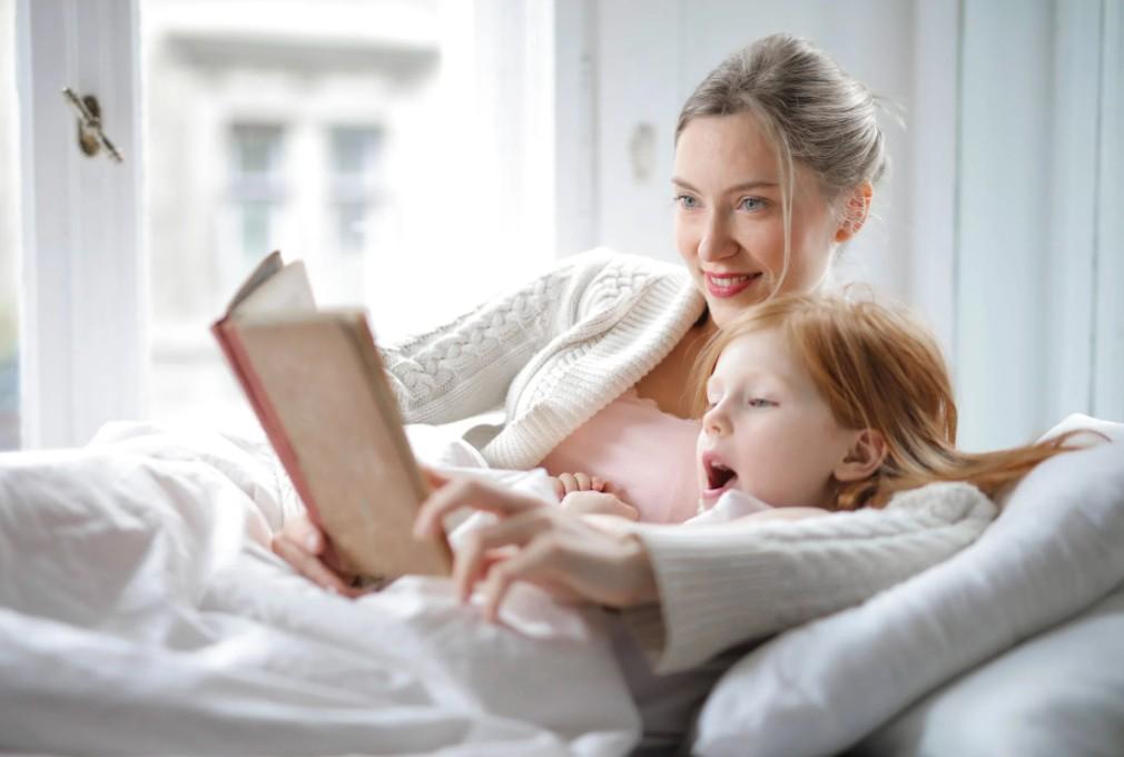 enfant lisant un livre de conte